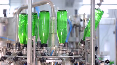 automatický : Line of water production. Green glass bottles move along the line, they are automatically rinsed before filling with water Dostupné videozáznamy