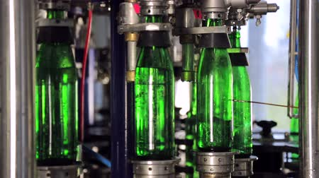 automatický : Line of water production. Green glass bottles move automatically along the lines of production, and fill with water Dostupné videozáznamy