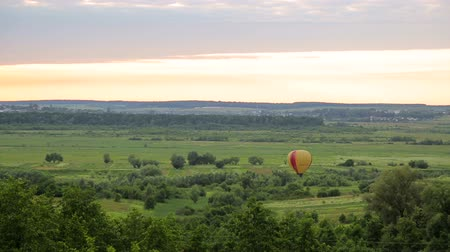 dirigível : Balloon is preparing to take off at sunset. Air casovom on a green field