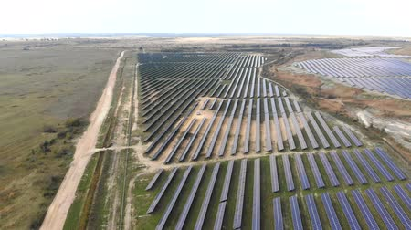 polního : Renewable energy. Aerial View Flight drones over a solar power station. Many solar panels are located near the bottom of the group next to one another. Dostupné videozáznamy