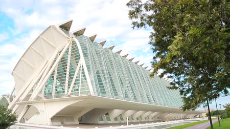 ciudad : VALENCIA, SPAIN - September 10, 2018: City of Arts and Sciences. Large tourist town is surrounded by a large park. The camera moves the streets of the museum. Stock Footage