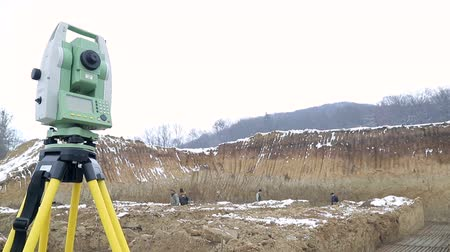 mérés : UKRAINE LVIV December 29th 2018. Geodetic instruments Theodolit Close-up view Background Winter construction site