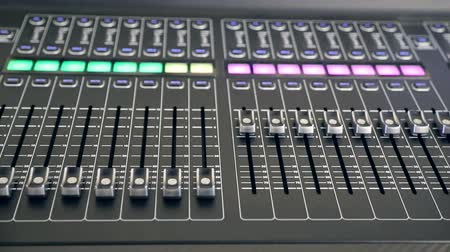 controlli : A recording studios audio console. The handles of the device are automatically moving. Filmati Stock