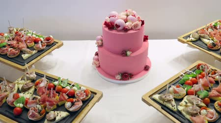 bagietka : Close up Pink cake for lovers. Cake is decorated with a heart on Valentine day
