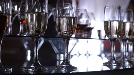 бурбон : The mans hand takes a glass with a drink. Funchal table with wine glasses Стоковые видеозаписи