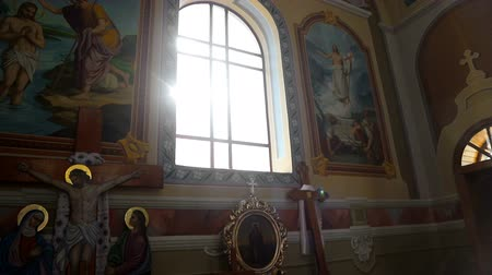 каталонский : Sun light passes through the stained glass windows of the church. Blick sun stained-glass windows in the old church.
