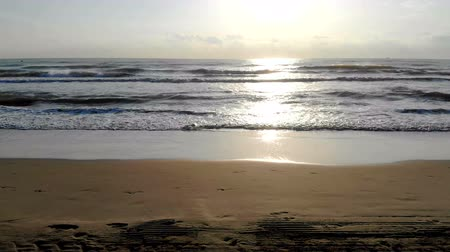 alta calidad : Sunrise on the beach. Quick motion camera on the beach. Imitation of the car on the beach. The sea wave at the back of the sun approaches the shore. The reflection of the sun in the water. Archivo de Video