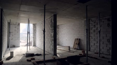 işlenmiş : Interior of the unfinished building of the room. Construction of gas blocks and internal partitions between the rooms