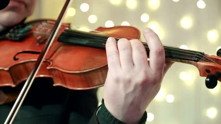 виолончель : Mans hand close-up playing the violin during a Banquet in a restaurant