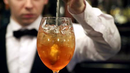 sterke drank : Barman bereiden van een cocktail van ijs en alcoholische dranken, pricers cocktail citroen