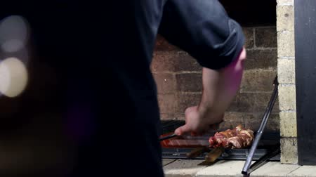 amburgo : Chef Barbecuing su un barbecue a carbone