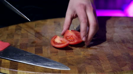 служить : cook cut tomatoes in a cozy restaurant with low light