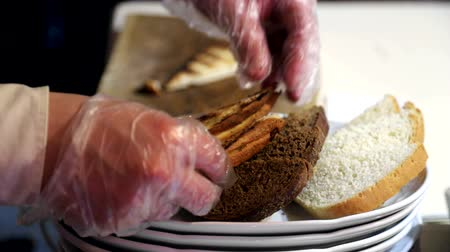 rokfor : Waiter in gloves from puts bread on a plate, and prepares it for delivery. Stok Video