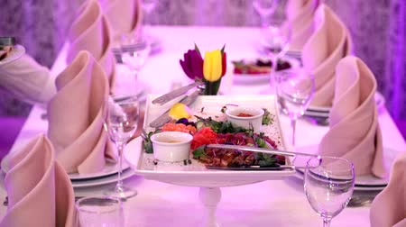 kaczki : The waiter serves a table in the restaurant. The results of the specialities of the restaurant Wideo