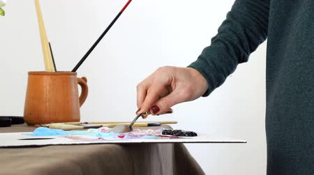 odstín : The female hand of the artist, mixes the colors on the Board, and prepares to paint a picture with acrylic paints Dostupné videozáznamy
