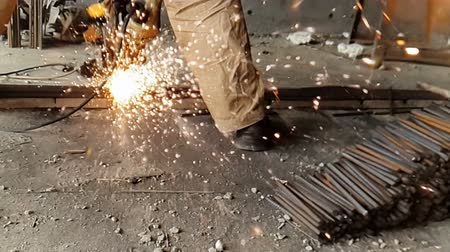 búlgaro : Close-up of the Bulgarian cuts metal in slow motion. Sparks fly out from under the wheel of the grinder in slow motion 960fps Vídeos