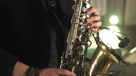 saxofone : Saxophonist play on golden saxophone. Jazz music. Stock Footage