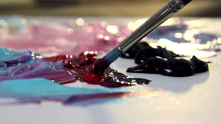palety : Artist mixes different colors of acrylic paint with a brush for drawing. Preparation of colors for drawing pictures Dostupné videozáznamy