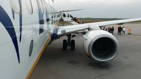 warszawa : WARSAW. POLAND. May 21, 2019 Ryanair plane is being boarded. Passengers climb the ladder and enter the plane Wideo