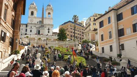 akt : ROME. ITALY. May 21, 2019 Spain square on a bright Sunny day. Groups of tourists walk along the large staircase of the tourist area Piazza di Spagna Videos