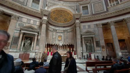 paus : ROME. ITALY. May 21, 2019 Many tourists in the middle of the Pantheon Church in Rome.A popular tourist destination and a monument of architecture.