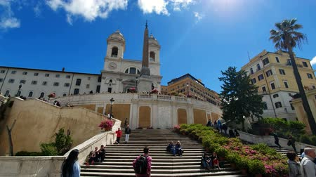 зелень : ROME. ITALY. May 21, 2019. Staiway of Trinit dei Monti in Spains. Panorama of the square. Groups of tourists walk along the picturesque stairs decorated with greenery on a Sunny day