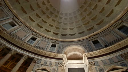 Řím : Rome Italy Pantheon popular tourist destination in Rome. The Dome Of The Pantheon. A light beam shines from the roof of the dome.