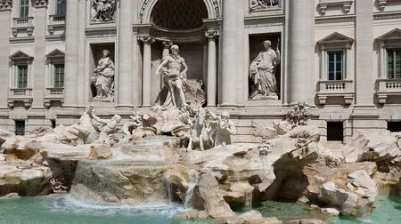 Řím : Trevi fountain on a Sunny day in Rome, Italy. Famous tourist place in Rome.