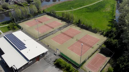 служить : Tennis courts without people. Tennis courts no people