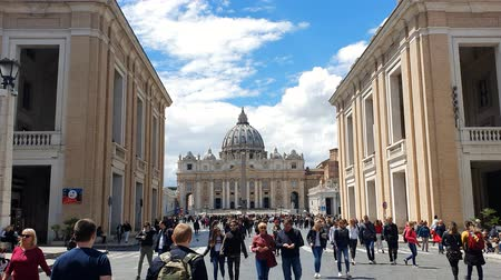 oszlopok : ROME. ITALY. May 21, 2019 The area in front of the Vatican. The most popular tourist destination in Rome. Large columns and Sunny weather. Blue blue sky.