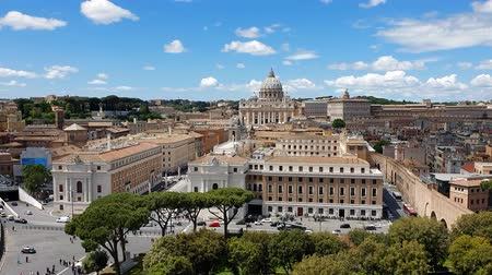 paus : ROME. ITALY. May 21, 2019 The area in front of the Vatican. The most popular tourist destination in Rome. Large columns and Sunny weather. Blue blue sky.