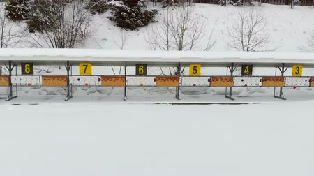 oposto : Biathlon. Panorama of targets for shooting during the biathlon. The numbering of the targets