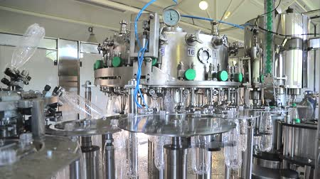 verimlilik : Plant for the production of mineral water. Water bottling in plastic white Stok Video