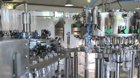 очки : Plant for the production of mineral water. Water bottling in plastic white Стоковые видеозаписи