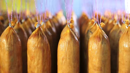 kiełbasa : Batch of finished sausage stored on the shelves in the production. Wideo