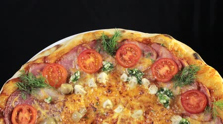 calabresa : Delicious freshly baked Italian pizza, close-up, which is spinning on a rotating platform Vídeos