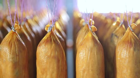 bakkaliye : Batch of finished sausage stored on the shelves in the production. Stok Video