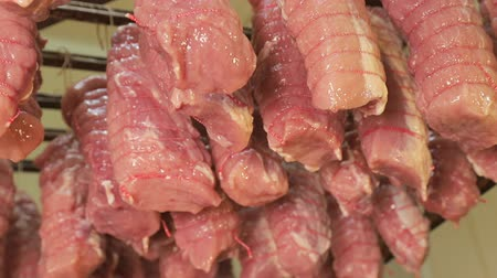 aparelho : Pieces of raw meat tied with food thread, which are prepared for baking in industrial ovens