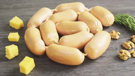 kiełbasa : Sausages or sausages lie together with slices of cheese and nuts Wideo