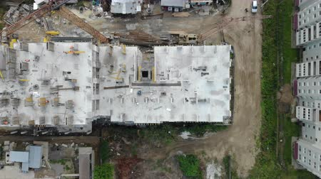 escavadora : Aerial view of the construction site, and the construction crane from the top. Panorama of the construction site
