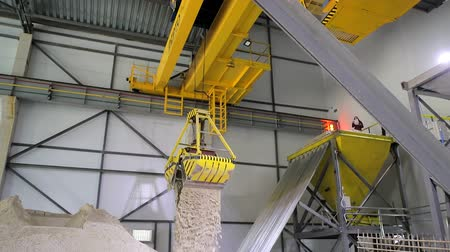 granulo : A huge radio-controlled bucket, grabs the sand and pours it into a large sand storage hangar. Filmati Stock