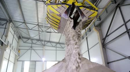 granulação : A huge radio-controlled bucket, grabs the sand and pours it into a large sand storage hangar. Vídeos