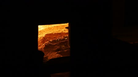 taje : The window in the furnace is abnormally high melting point of glass. The temperature at which the sand melts. Dostupné videozáznamy