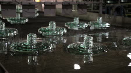 molde : Finished insulators, move by conveyor after cooling in water.
