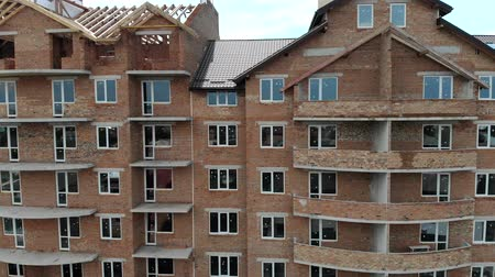 apartamentos : Aerial Construction of a brick house. Installation of wooden roof Stock Footage