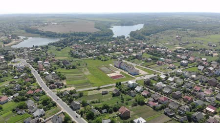 пригородный : Beautiful panorama of the Ukrainian village from a height. Flight over the Ukrainian village. A large lake near the village. Стоковые видеозаписи