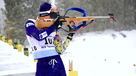 新芽 : Ukraine. Yavoriv. 04 January 2020. A skier who takes part in the biathlon race, shoots a rifle at a target.