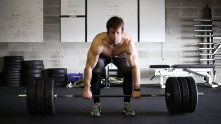 musculação : Male weightlifter doing a heavy deadlift.