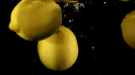 cytryna : Fresh Lemons Falling in Water slow motion Wideo