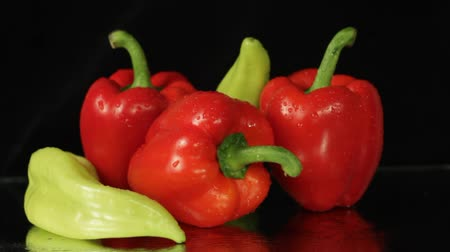 meksika : Red and Green Peppers Pan on Black